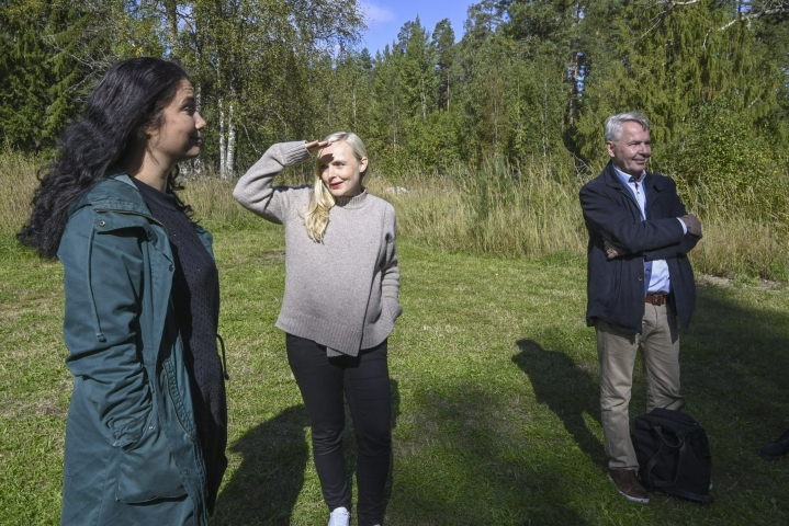 Vihreän eduskuntaryhmän kesäkokoukseen Evon retkeilyalueella osallistuvat mm. eduskuntaryhmän pj Emma Kari (vas.), puolueen pj Maria Ohisalo ja ulkoministeri Pekka Haavisto. LEHTIKUVA / MARKKU ULANDER