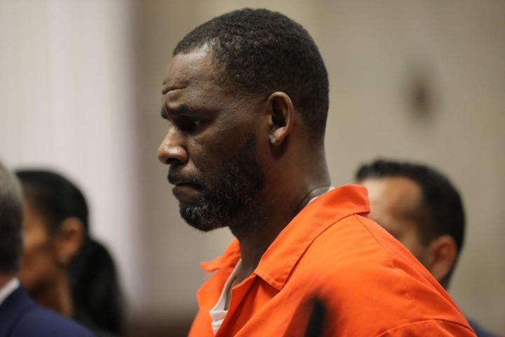 Yhdysvaltalainen R&B-laulaja R. Kelly on syyllistynyt useisiin seksuaalirikoksiin, totesi oikeudenkäynnin valamiehistö maanantaina New Yorkissa. Arkistokuva oikeuden kuulemisesta vuodelta 2019.