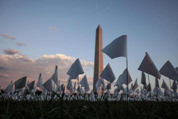 Koronaviruksen seurauksena Yhdysvalloissa on Johns Hopkinsin yliopiston seurannan mukaan kuollut yli 675 900 ihmistä. Kuvassa Washington-monumentin lähellä sijaitseva installaatio, jolla muistetaan koronaviruksen aiheuttaman taudin seurauksena kuolleita amerikkalaisia. LEHTIKUVA/AFP