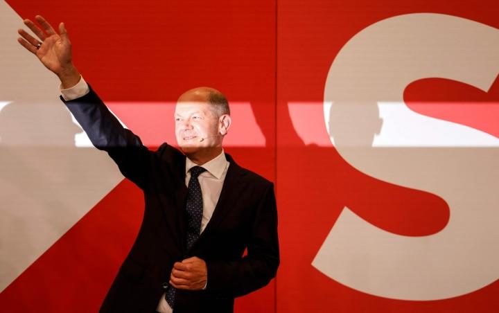 SPD:n liittokansleriehdokas Olaf Scholz tervehti tuloslaskentaa seuraavaa puolueväkeä. Lehtikuva/AFP