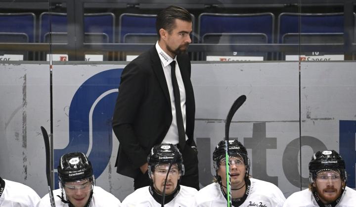 TPS:n päävalmentaja Jussi Ahokas arvioi, että joukkueen peli lähti toisessa erässä selvään nousuun. LEHTIKUVA / Heikki Saukkomaa