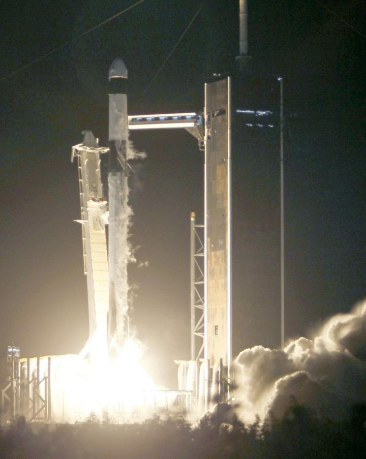 SpaceX:n raketti vei keskiviikkona paikallista aikaa eli varhain torstaina Suomen aikaa Dragon-avaruusaluksen Maan kiertoradalle. LEHTIKUVA/AFP