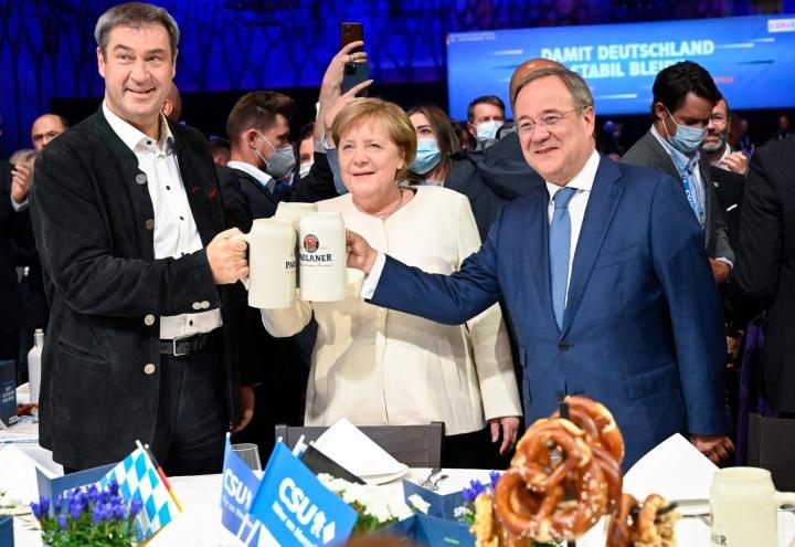 Tällä hetkellä näyttää lisäksi siltä, että kisa käydään ennen kaikkea SPD:n ja kristillisdemokraattisen CDU:n välillä ja molempien johdossa on henkilö, joka on pyrkinyt profiloitumaan syrjään astuvan liittokansleri Angela Merkelin perinnön jatkajana. LEHTIKUVA / AFP