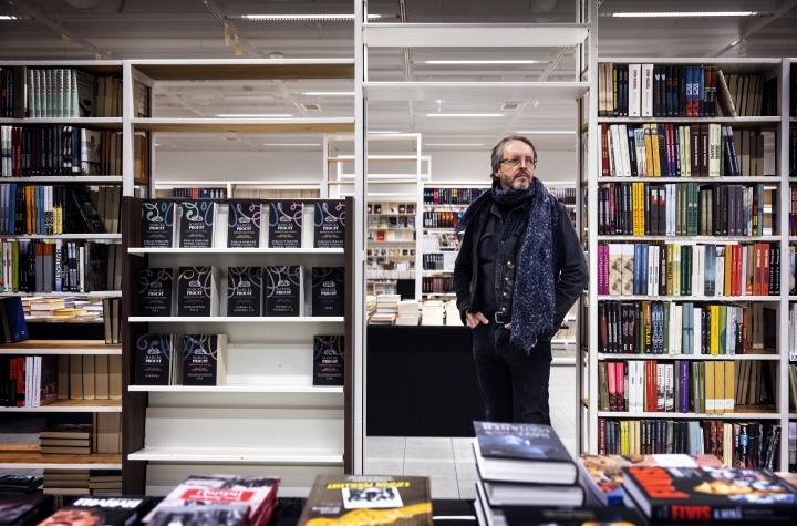 Hannu Paloviidan uudessa Rosebud Sivullinen -myymälässä on kaksi kilometriä hyllytilaa. Merkittävä osa myynnistä kertyy muista kuin uusimmista kirjoista.