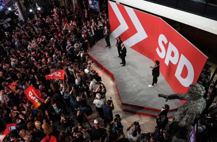Saksassa sosiaalidemokraatit (SPD) ovat säilyttäneet johtoasemansa tiukaksi osoittautuneiden parlamenttivaalien ääntenlaskennan lähestyessä loppuaan.