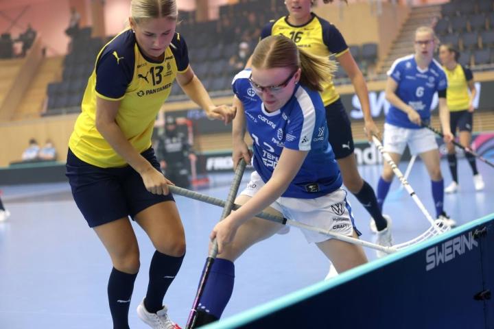 Alisa Kettunen väänsi hanakasti MM-finaalissa Ruotsia vastaan.