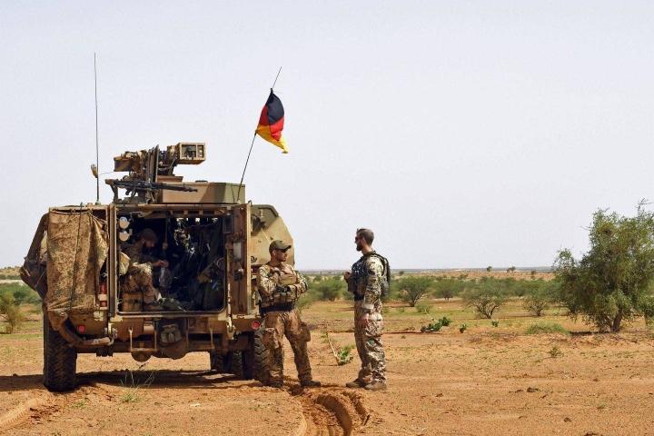 Malissa toimii jo nyt monenlaisia kansainvälisiä sotilasjoukkoja. Kuvassa YK:n saksalaisia MINUSMA-joukkoja partiointitehtävissä Gaon ja Gossin kaupunkien välillä.