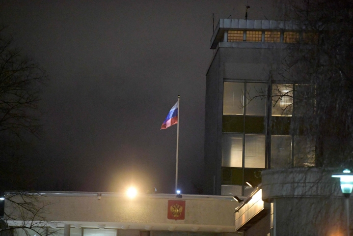 Ruotsalaismies pidätettiin runsaat kaksi vuotta sitten Tukholmassa, kun hän oli ravintolassa tapaamassa venäläistä lähetystöneuvosta. Venäjän lippu oli salossa maan Tukholman lähetystössä helmikuussa. LEHTIKUVA AFP