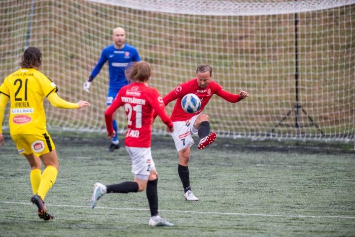 Arkistokuvassa purkupalloa laukova Timo Tahvanainen sekä Nuutti Tykkyläinen poistuivat vaihteeksi viheriöltä tappio niskassaan.