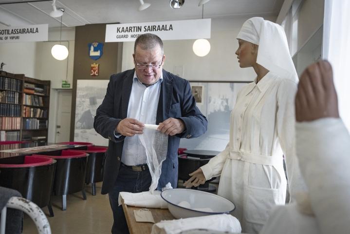 Puolustusvoimissa työskennellessään Jokela innostui myös Sotilaslääketieteen museon kehittämisestä. Museovastaavana hän hankki tavaraa ja rakensi näyttelyitä. Yläkerran takaseinällä on nyt myös kuva Florence Nightingalesta.