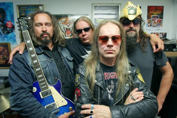 Suomirock palaa tanssilavoille -tapahtumassa esiintyy joensuulaisia yhtyeitä. Kuvassa Tsugu Ways, joka soittaa Hurriganesin tuotantoa.