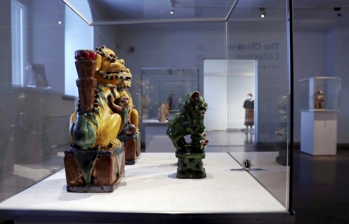 Marginaaleista museoihin -tietokirja korostaa museoiden yhteiskunnallista vaikutusta ja vastuuta. Kuvituskuva Joensuun taidemuseosta 1800-luvun leijonafiguuriparista.