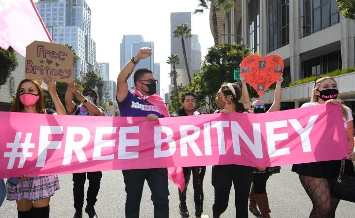 Laulaja Britney Spearsin tukijoita kokoontui oikeustalon ulkopuolelle Los Angelesissa. LEHTIKUVA / AFP