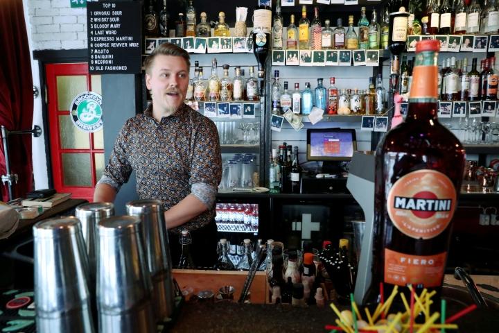 Another Doggyssa työskentelevä, vuoden baarimestariksi palkittu Ortjo Nieminen pitää työssään vaihtelevuudesta, luovuudesta ja asiakaspalvelusta.