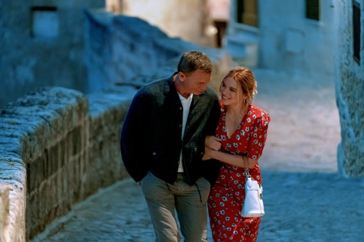 James Bond (Daniel Craig) ja vaimonsa Madeleine (Léa Seydoux) nauttivat pienen italialaiskaupungin rauhasta, joka toki rikkoutuu tuota pikaa