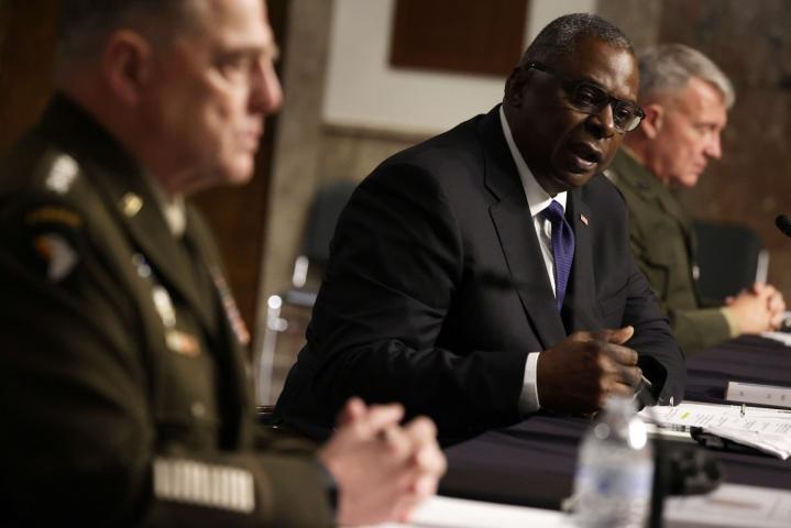 Asevoimien komentajan Mark Milleyn (vas.) mukaan Afganistanista vetäytymisen vaikutuksia arvioidaan edelleen. Senaatin komitean kuultavana olivat myös puolustusministeri Lloyd Austin sekä kenraali Kenneth McKenzie. LEHTIKUVA / AFP