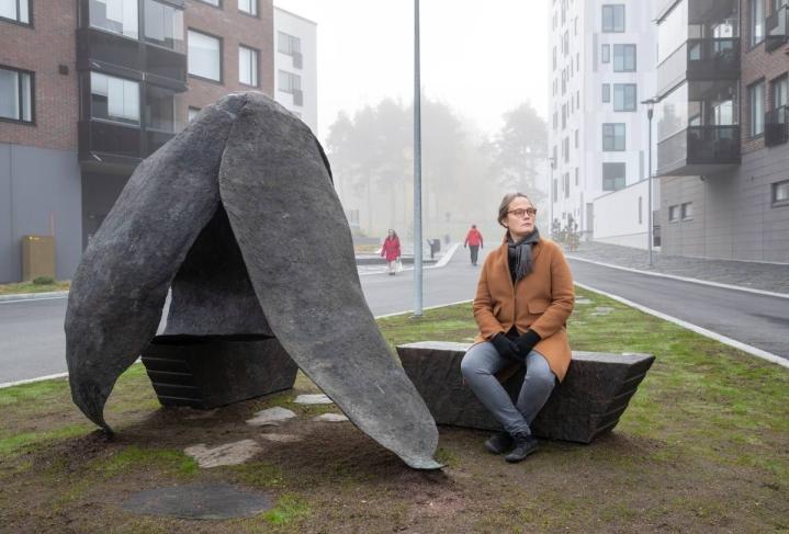 Teoksen penkeillä saa istua, mutta sen päälle ei saa kiivetä, taiteilija Maija Helasvuo sanoo.