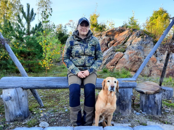 Marika Kuivalainen toimii usein koiramiehenä metsästäjille. Mukana usein on labradorinnoutaja Minttu.