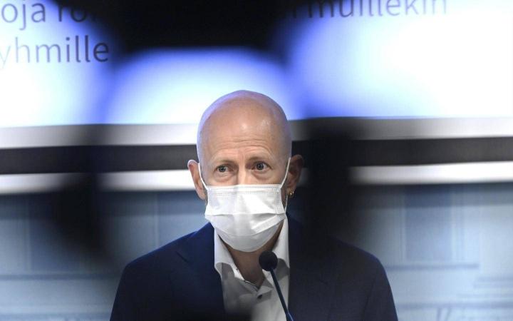 Ylilääkäri Otto Helve STM:n ja THL:n pitämässä tilannekatsauksessa koronavirustilanteesta Helsingissä 19. elokuuta.