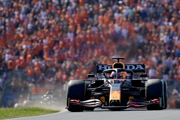 Red Bullin Max Verstappen kurvaili paalupaikalta voittoon oranssina vellovan yleisömeren edessä. Lehtikuva/AFP