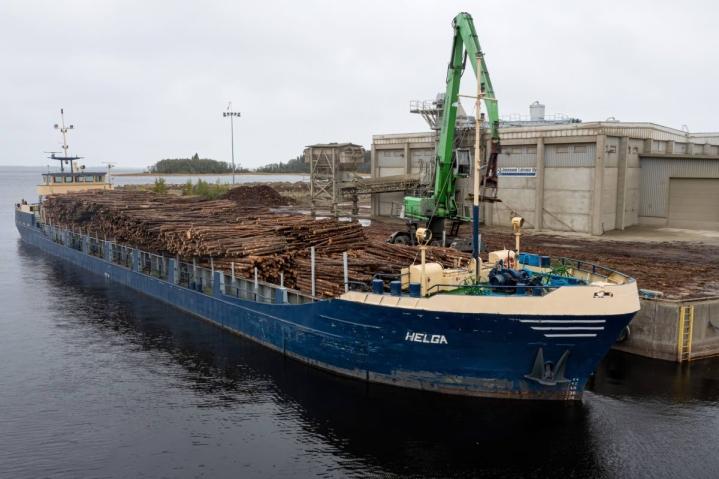 Savonlinnalaisen Mopro Oy:n rahtilaiva Helga lastasi kuitupuuta Joensuun syväsatamassa tiistaina.