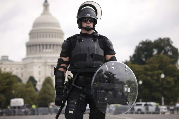 Poliisi oli varautunut mielenilmaukseen raskain turvatoimin. LEHTIKUVA/AFP
