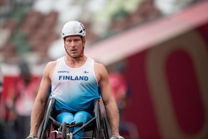 Suomen paralympiajoukkueen Leo-Pekka Tähti etenee ratakelauksen T54-luokan 100 metrin finaaliin. (Kuva 400 metrin alkueristä.) LEHTIKUVA / HANDOUT / HARRI KAPUSTAMÄKI