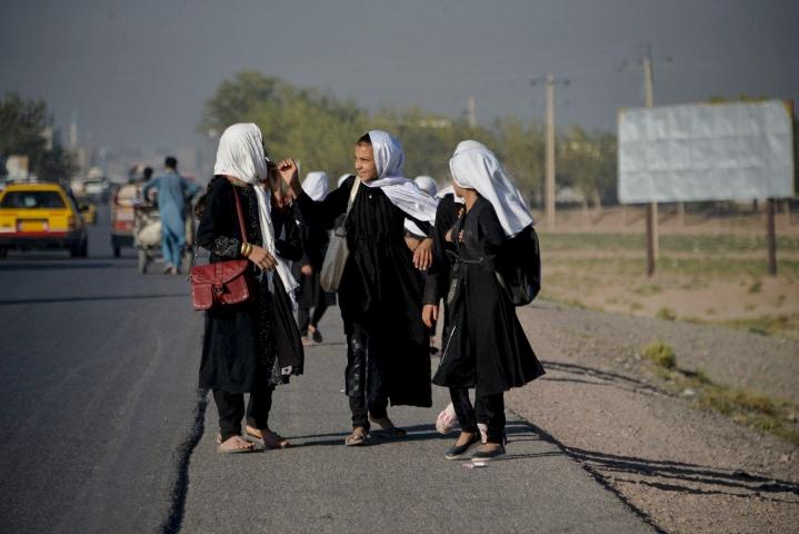 """Talebanin tiedottajan mukaan ennen tyttöjen paluuta kouluun on varmistettava """"turvallinen oppimisympäristö"""". LEHTIKUVA / AFP"""