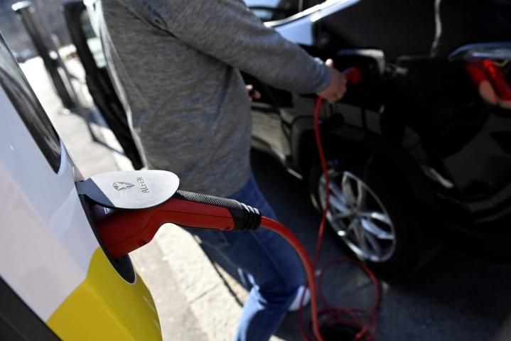 Pienemmät polttoainekustannukset ovat kyselyn perusteella tärkein syy hankkia vaihtoehtoisella käyttövoimalla toimiva auto. Lehtikuva / Antti Aimo-Koivisto