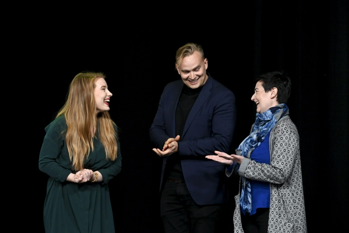 Vihreiden varapuheenjohtajiksi valittiin Iiris Suomela (vas), Atte Harjanne ja Hanna Holopainen etänä järjestettävässä puoluekokouksessa Helsingissä.  LEHTIKUVA / Heikki Saukkomaa