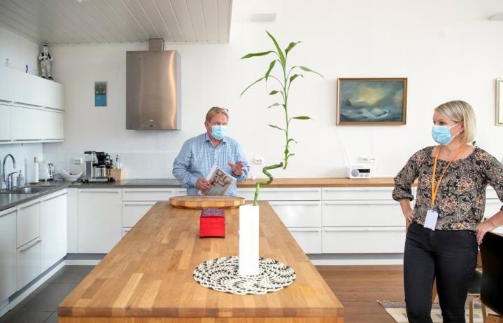 Huoneistokeskuksen Kari Helvelahti ja Riitta Penttinen ovat saaneet pitää asuntonäyttöjä lähes joka päivä. Vaikka asuntojen kysyntä on kovaa, kiinteistönvälittämisestä ei silti ole tullut helppoa.