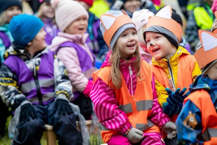Pikkuketut-ryhmäläiset Anna ja Mika kuuntelivat Jampan ja Pampan esitystä hymysuin.