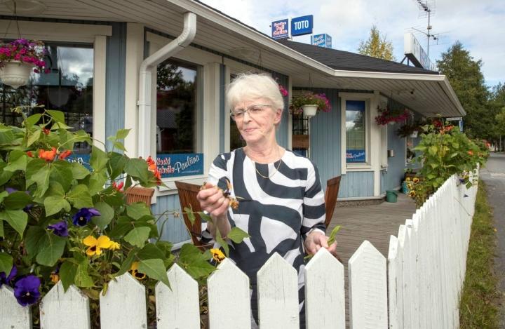 Paula Ronkainen kasvattaa itse kukat Pauliinan kioskille.