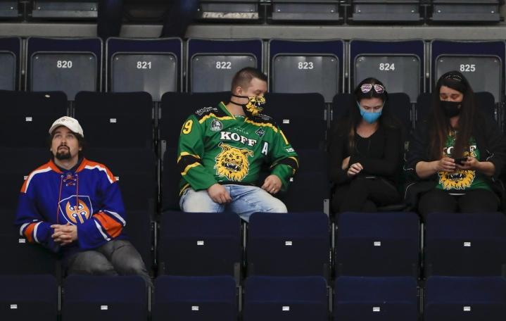 Yleisö on lähtenyt varovaisesti liikkeelle kuluvan kauden jääkiekon liigapeleihin. LEHTIKUVA / Kalle Parkkinen