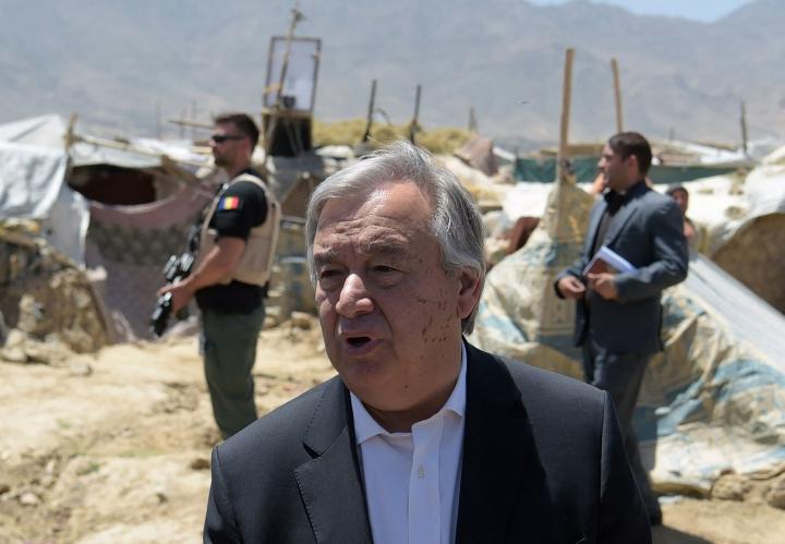 YK:n pääsihteeri Antonio Guterresin mukaan Afganistanin talouden romahtamisella olisi humanitaarisia seurauksia. Kuvassa Guterres vierailee maansisäisten pakolaisten leirillä pääkaupunki Kabulin laitapuolella vuonna 2017. LEHTIKUVA/AFP