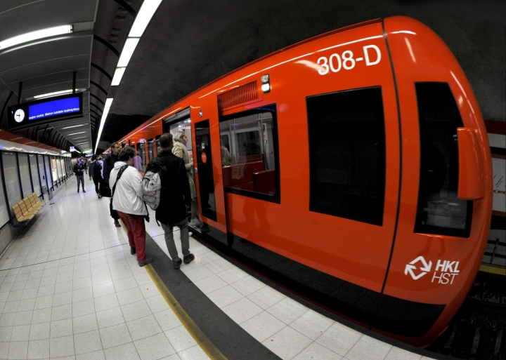 Pääkaupunkiseudun joukkoliikenteessä metrolle vaihtoehtoisilla bussilinjoilla on ollut ruuhkaa, kerrotaan Helsingin seudun liikenteestä. Lehtikuva / Timo Jaakonaho