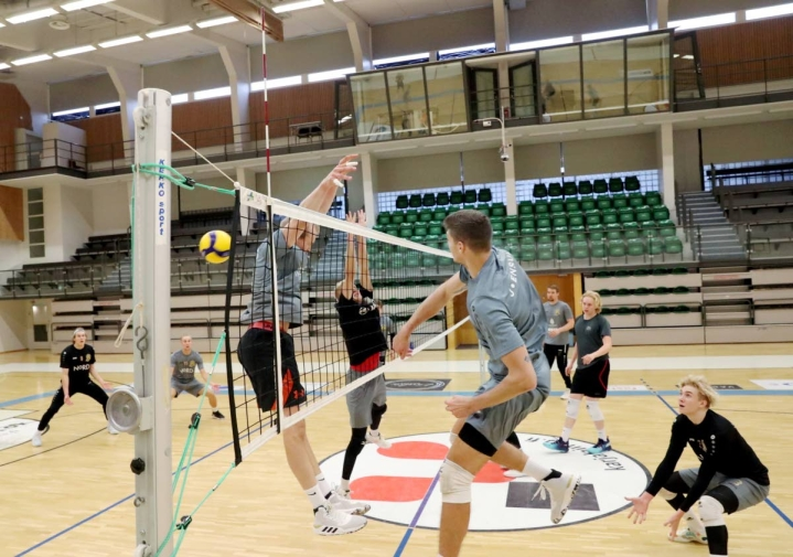 Torjunnassa oleva Eetu Häyrinen sekä palloa takova Markuss Cielavs ovat ensi kaudella Karelian Hurmoksen uusia syömähampaita.