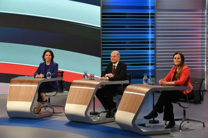 Tiukimmin liittokanslerin paikasta kamppailevat sosiaalidemokraattien Olaf Scholz (keskellä) ja kristillisdemokraattien Armin Laschet puhuivat molemmat vahvan ja suvereenin Euroopan puolesta. LEHTIKUVA / AFP