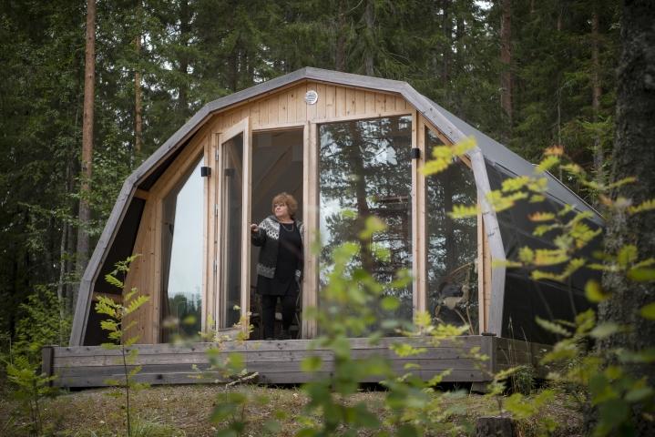 Pirttijärven tilan yrittäjä Katri Pirttijärvi korostaa, että telttamainen tunnelma ja luonnon äänet erottavat puurakenteisen luksusteltan mökistä.
