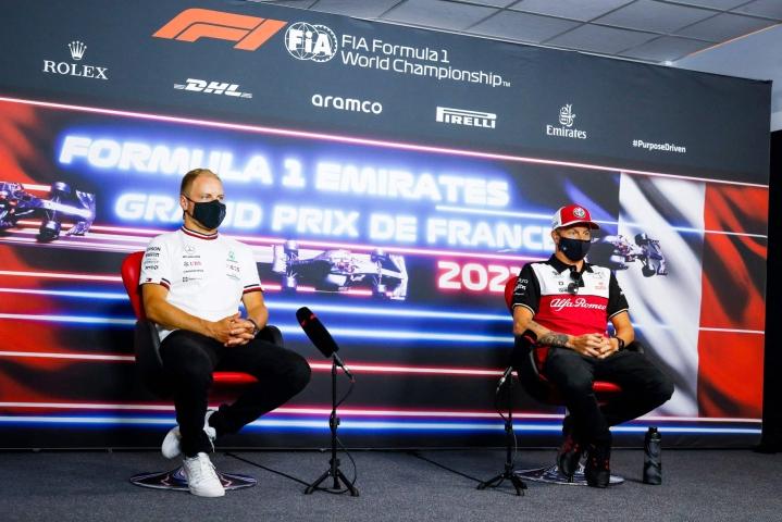 Bottas ja Räikkönen tiedotustilaisuudessa Ranskassa kesäkuussa. Lehtikuva/AFP