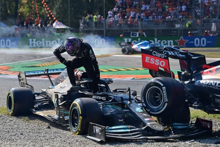 Mercedeksen Lewis Hamilton kipusi ulos autostaan kolaroituaan Max Verstappenin kanssa. LEHTIKUVA/AFP