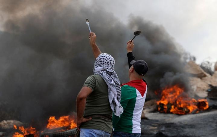 Palestiinalaismiehet heiluttelivat lusikoita osoittaessaan mieltä Israelin turvallisuusjoukoille. Gilboan vankilasta karanneiden kuuden palestiinalaisvangin kerrottiin kaivaneen pakotunnelin lusikoilla. LEHTIKUVA / AFP