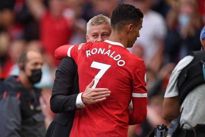 Manchester Unitedin morjalainen päävalmentaja Ole Gunnar Solskjär (vas.) halaa joukkueensa tähtihyökkääjää Cristiano Ronaldoa Newcastle-ottelun jälkeen 11. syyskuuta. Lehtikuva/AFP
