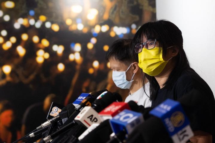 Hongkongin allianssi -ryhmän jäsen Chow Hang-tung (oik.) kertoi lehdistötilaisuudessa 5. syyskuuta, että mitään dokumentteja ei aiota luovuttaa poliisin turvallisuusyksikölle. LEHTIKUVA/AFP