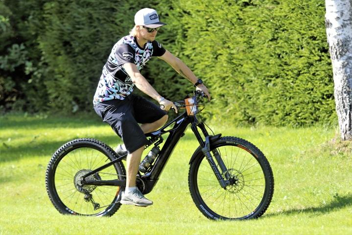 Sähköavusteinen maastopyörä on siro kapine ja akku sulautuu runkoon hienosti. Miika Latvalan maastopyörässä on myös hyvä jousitus.