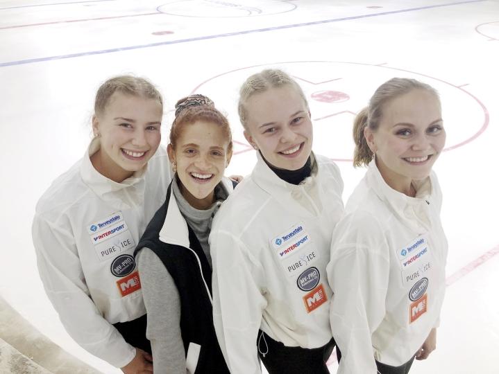 Iloinen valmentajaporukka Emma-Lotta Laakso (vas.), Natalia Brave, Vilma Virnes ja Viivi Hyttinen.