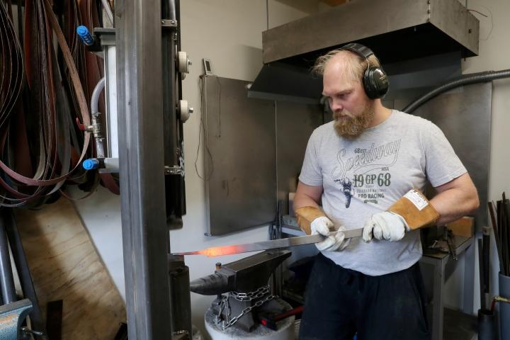 Timo Räty käyttää terän tekemisessä apuna itse rakentamaansa konevasaraa, jota hänen tyttärensä kutsuu myös paiskojaksi.