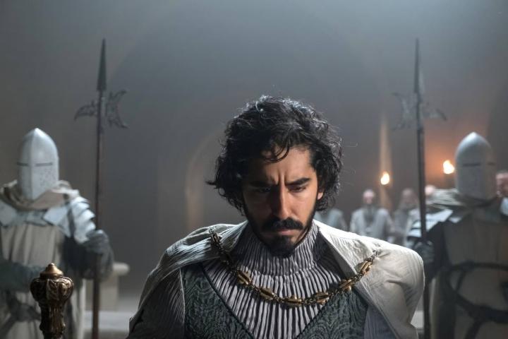 Gawainin roolin näyttelevä Dev Patel on elokuvan näyttelijöiden heikoin lenkki.