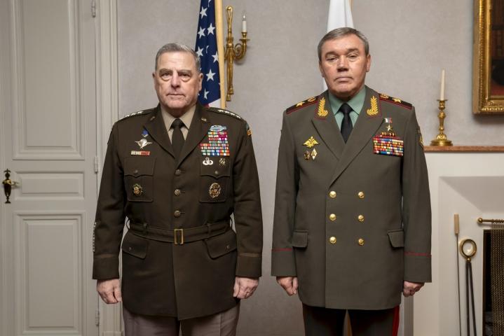 Yhdysvaltain asevoimien komentaja Mark Milley (vas.) ja Valeri Gerasimov (oik.) keskustelivat tänään Suomessa. LEHTIKUVA / handout / CHARLES E. BURDEN
