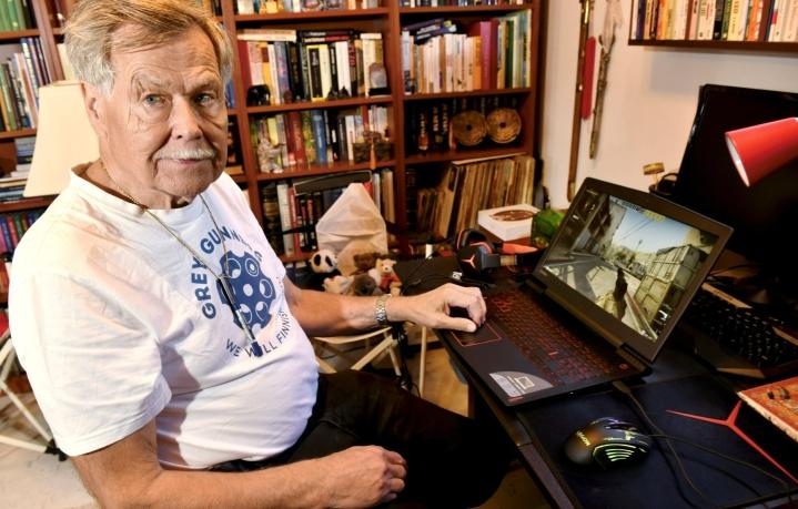 Counter-Strike-peliä pelaava Harry Mälkki arvioi, ettei pelaaminen ole suuresti vaikuttanut hänen oppimiskykyynsä, mutta se on voinut parantaa tarkkuutta ja huomiokyvyn suuntaamista. LEHTIKUVA / HEIKKI SAUKKOMAA